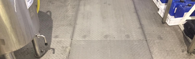 Décapage de sol en tôle larmée d'usine avec auto-laveuse à Marseille (13002)