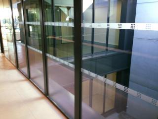 Remise en état propreté des vitres coulissantes automatiques par Marseille Nettoyage
