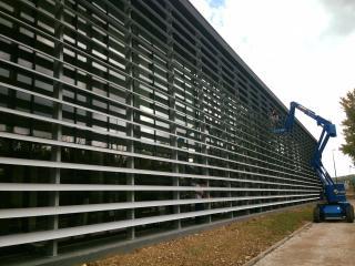 Entretien de façade avec nettoyage du bardage avec nacelle près de Marseille