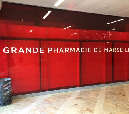 Retrait adhésif publicitaire et nettoyage vitres Grande Pharmacie de Marseille (13001)