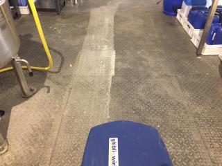 Nettoyage et décapage de sol en tôle avant / après - Marseille Nettoyage